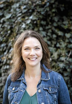Anna Blomberg är känd för sina imitationer av bland andra Lill-Babs, Jimmie Åkesson och Elisabet Höglund. I sommar är hon aktuell i både radio och tv och på scenen.