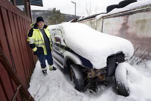 För två år sedan köpte Hasse Andersson den defekta pick-upen som reservdelsbil. Nu har den fått en parkeringsbot i Malmö trots att den stått stilla bakom Hasses garage i två år.