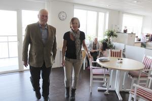 Sven Erik Peterson, tycker att Catharina Tavakolinia, vd för Kavat vård som har boende med spa-profil i Rimbo, står för ett utmärkt nytänkande inom äldreomsorgen. I bakgrunden vice vd Helena Rådberg i samspråk med Anna Maria Jansson, 96.
