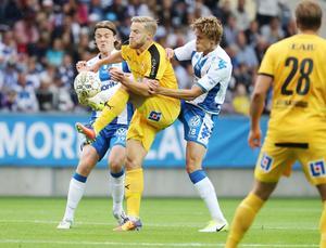 August Erlingmark, till vänster, försöker vinna boll mot Halmstad.