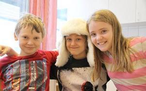Albin Yllönen, lagledare Christopher Arnberg och Lovisa Warg-Winther tävlade för Djuråsskolans klass 5a i Vi i femman.