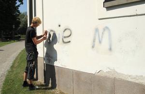 Personal från Söderhamns fasad arbetade under måndagen med att sanera kyrkan från allt klotter.