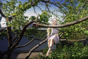 På gården mellan de sju trappuppgångarna finns gott om lekyta. Här har Greta Herbinger Rygne, 7 år klättrat upp i ett lagom högt träd.