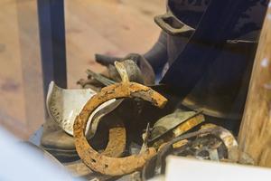 Gamla hästskor och mycket annat skräp hittades i gruvgångarna.