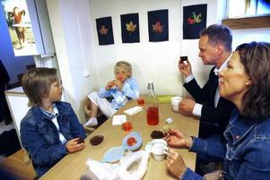 Picknick inomhus fungerar lika bra. Storebror Anton, pappa Martin och mamma Madeleine äter bullar och mackor med Filip.