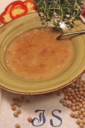 Ärtsoppa med fläsk är en svensk klassiker. Kan kokas på rester av julskinka och kryddas gärna med senap som blivit över från julen. Här kan man snacka om sparmat.
