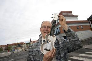 Thomas Allander med  sin bröllops-ukulele som han skänkte kronprinsparet i bröllopspresent 2010.