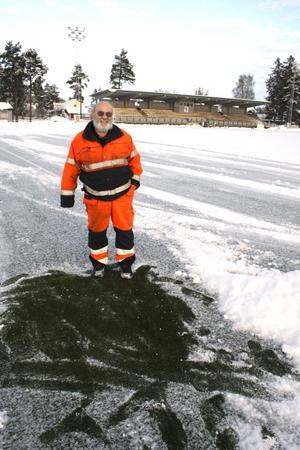 Grönt gräs skymtar. Under snön på Kumla IP skymtar det gröna konstgräset. Jonny Persson ska se till att planen är skottad inför 2011 års första fotbollsmatch, den 10 januari.