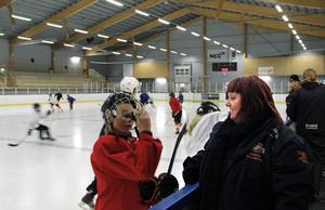 Patricia Rätsep finns alltid i båset under sonens Jamies träningar och matcher. Sedan några år tillbaka är hon lagledare för Strömsbro HC team 01.