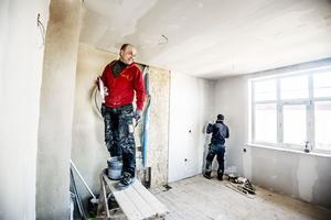 Rimas Jankauskaus är en av hantverkarna som renoverar förfallna villa Oppeby till sex moderna lägenheter.