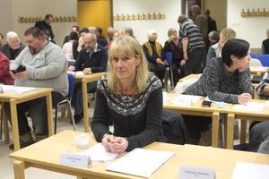 Beslut. Carina Sándor (FP) vid fullmäktigemötet i Skinnskatteberg där alliansens budgetförslag röstades igenom. Foto: Anders Jansson/arkiv