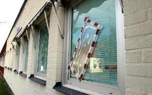 Det är en skam att gamla Apotekshuset från 1779 fått fönster målade med plastfärg som släppt.