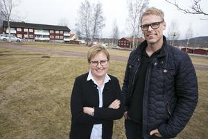 Tomten norr om OK/Q8, Elisabet Nises-Look, VD Leksandsbostäder AB och Anders Backhans, byggprojektledare Leksandsbostäder AB väntar på anbud och bygglov för kvarteret Snedkanten.