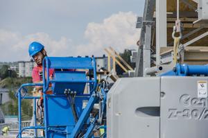 En av arbetarna håller noga uppsikt när de förbereder en av stålkonstruktionerna