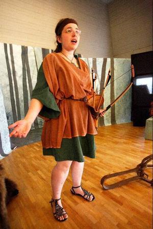 Pernilla Hellan framträder som den klassiska jaktgudinnan Artemis.