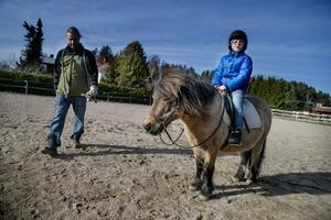 Stallägaren Johan Östrand hjälpte barnen att rida på lördagen. Här sitter Adam Westerberg i sadeln.