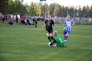 Anna Lundgren, Trönös målvakt, avvärjer ett av många anfallsförsök från svartklädda Mohed.