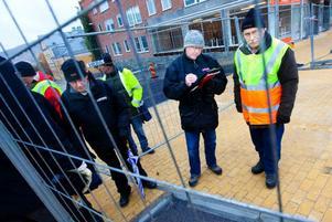 """""""Vi noterar det som ska åtgärdas  och det som inte är klart"""", säger Bertil Danielsson, till höger."""