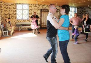 Polskan går i den lilla danslokalen i bruksstallet i Svabensverk. Målet med danskursen är att ge deltagarna självförtroende. Här dansar Susanne och Stefan Moell.