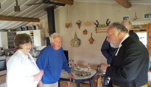 Prosten Bo Lundmark i samspråk med värdparet Eivor och Holger Lindén. Foto: Yngve Börne