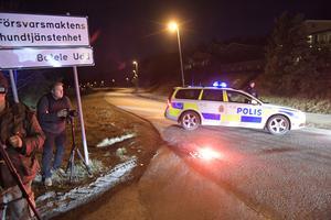 Press och polis samlas i Märsta efter att poliserna Emma och Alex lyckats gipa den misstänkte terroristen.