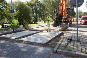 Fartdämpande hinder byggs just nu vid rondellen mellan Universitetsallén och Granloholmsvägen.