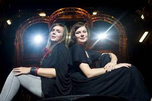 Cirkusdirektören Tilde Björfors (till vänster) blev helt tagen av Rebekka Karijords låt