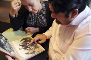 Sofia Marcetic tillsammans med Erland Kaldaras som lämnar uppgifter om sina romska släktingar.