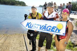 Det går lika bra att simma Kustvägen. Timo Gillberg, Åke Bertils och Anna-Carin Nordin laddar inför starten i Norrfjärden.