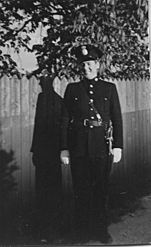I uniform anno 1951 med sabel och allt! Trots jour dygnet runt och slitiga år skulle Olle Nygren välja samma yrke om han var ung i dag. Foto:Privat