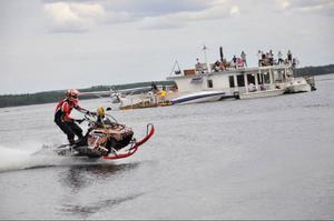 Lars Hansson kör sin snöskoter på vattnet i
