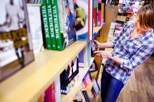 Många titlar säljer fortsatt bra hos bokhandlarna i Östersund, trots konkurrens från nätet och livsmedelshandlare. Anna Andersson på Akademibokhandeln sorterar nyinkomna böcker.