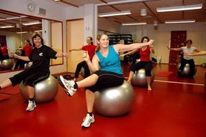 BALANS. Det gäller att ha tungan rätt i mun när man både balanserar på en boll och styrketränar samtidigt. Anna Edling och Sara Berg gör sitt bästa.