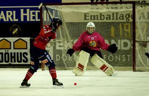 Mattias Hammarström försökte överlista Hammarbys Patrik Hedberg vid ett flertal tillfällen i första halvlek. Men han fick vänta till minut 76 innan första målet kom.