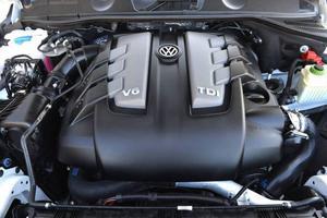 Den uppdaterade 6-cylindriga dieselmotorn på 2 976 cc ger 204 hästkrafter och nöjer sig enligt certifieringen med 0,7 liter milen, trots att ekipaget väger en bit över två ton. Fast i verkligheten och i svensk kyla vill den ha lite mer än så.