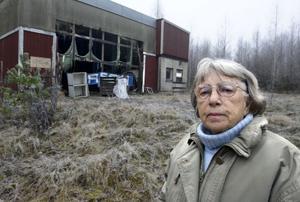 Hanna-Lisa Ferm i Orbaden är oroad över förfallet vid dalstationen. Hon tycker att kommunen borde ingripa för att få området uppstädat.