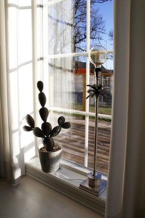 En blå novemberhimmel lyser upp Skästa Gård den här dagen. Ljuset flödar in genom de stora fönstrena.
