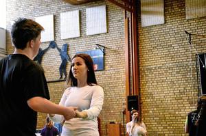 Nu kan det buggas, valsas och dansas foxtrot för nu har avgångseleverna på Kyrkbacksskolan haft besök av Dansinspiratörerna.
