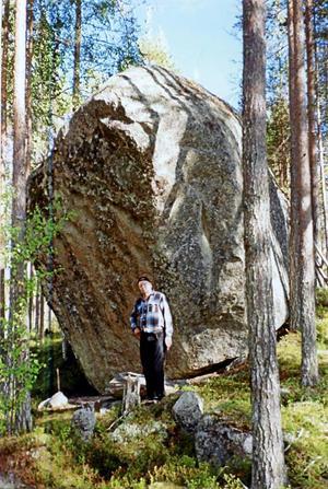 Här ses Reijo Piesanen posera vid den ståtliga Runa-stein. Han blev storligen imponerad över denna sten, det första fasta märket i den forna riksgränsen. Stenen är cirka 7 meter hög och omkretsen 20-25 meter.