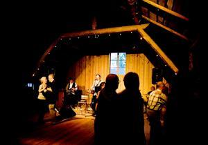 Många kom för att dansa när Petri Säteri och hans band Pennitömät spelade äkta finsk tango på Myre Teater i Kungsgården i går kväll.