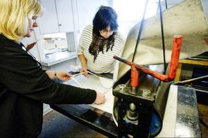 Laila Larsson från Laxsjö får hjälp av kursledaren Jeanette Wahl i tryckeriet.