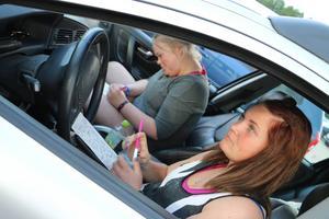 Det var första gången på bilbingon för Mikaela Vahlberg och Klara Odelros.