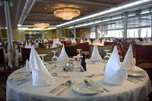 Interiören på fartyget var elegant och stilren med vita dukar och kristallkronor.