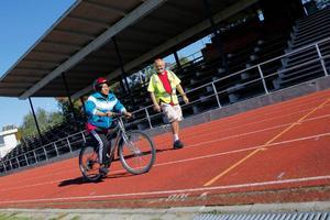 Doumboya Madigabe från Elfenbenskusten cyklar för andra gången i sitt liv och trots att gårdagens träningsvärk gör sig påmind tar hon sig fram bra. Stig-Björn Sundell från NTF är glad över framstegen.