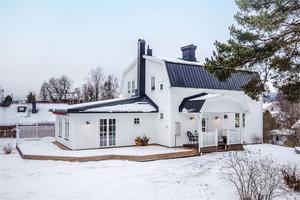 Den vita villan i centrala Sollefteå är på 166 kvadratmeter.