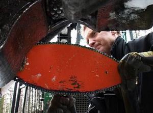 Lars-Åke Larsson använder en specialimporterad klinga på sin skogsmaskin för att klara den grannlaga gallringen.