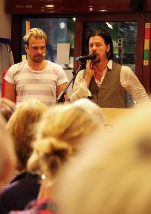 Prat om mansrollen lockade över 100 personer att lyssnade till författarna Martin Svensson och Bob Hansson när de gästade bokhandeln vid Vängåvan i går kväll.