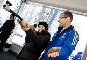Elin Abrahamsson provade skidskyttegeväret för första gången och konstaterade att det kan behövas lite extra armträning för att hålla geväret stilla. Tord Wiksten är en av de som höll i arrangemanget.