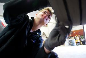 Martin Sundberg har arbetet extra vid kaptens Motor sedan hösten 2011. I år tog han examen och arbetar nu heltid på verkstaden. Här skruvar han bort hjulen på en husbil för att kunna justera handbromsen.