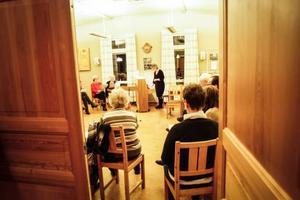 I den stora salen i Sundsjö sockenstuga samlas ett tjugotal sångare en kväll i veckan för att sjunga i den stämma deltagarna behagar.